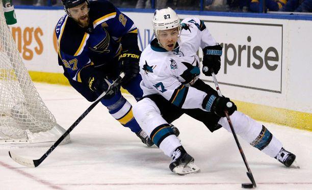 Joonas Donskoi kiersi torstain ottelussa Blues-pakki Alex Pietrangelon.