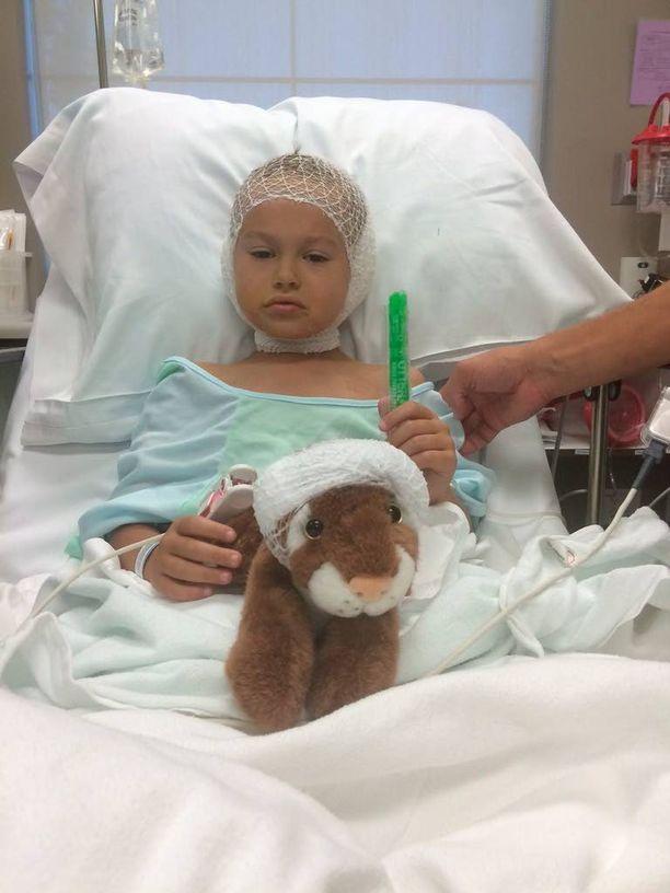 """Gage otti leikkaukseen mukaan pehmotiikerinsä, joka """"leikattiin myös""""."""