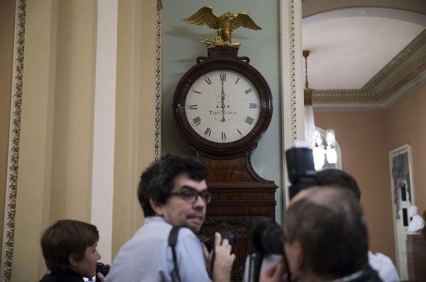 Kello USA:n parlamenttirakennuksessa Capitolissa löi keskiyötä ja valtio meni kiinni.