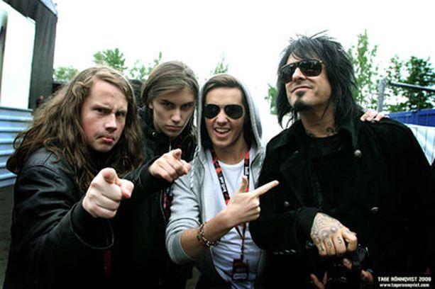 Sturm und Drangin kuvaajana toimiva Tage Rönnqvist kertoo, että hän joutui ryömimään bändin poikien kanssa järkkäreitten ohi saadakseen napattua heistä tämän yhteiskuvan Mötley Crüen Nikki Sixxin kanssa.