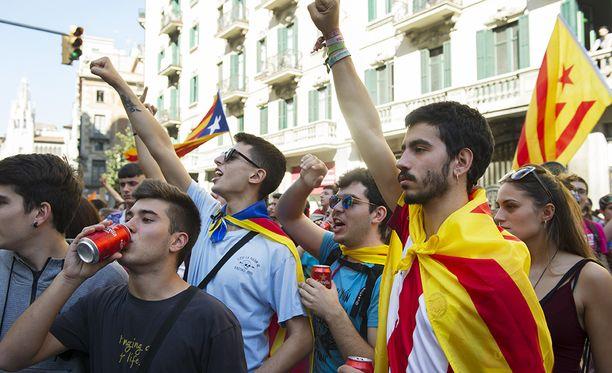 Mielenosoittajien odotetaan lähtevän tänään kadulle vastustamaan Katalonian eilen julistamaa itsenäisyyttä.