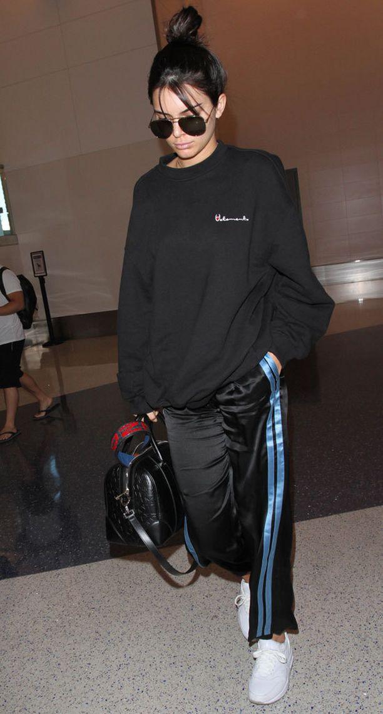 Kendall Jenner pukeutui lennolle it-tyttöjen suosikkibrändi Vetementsin Champion-huppariin.