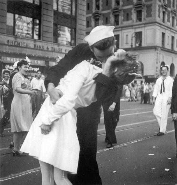 Mendonsa kertoi jälkeenpäin olleensa treffeillä tulevan vaimonsa Rita Petrien kanssa, kun hän kuuli, että sota on päättynyt ja sai päähänsä suudella tuntemattomia naisia. Hämillään oleva Petrie näkyy kuvan taustalla.