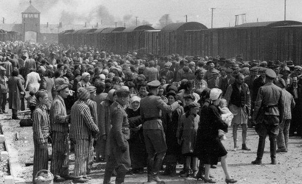 Unkarin juutalaisia ollaan lähettämässä Auschwitzin keskitysleiriin toukokuussa 1944.