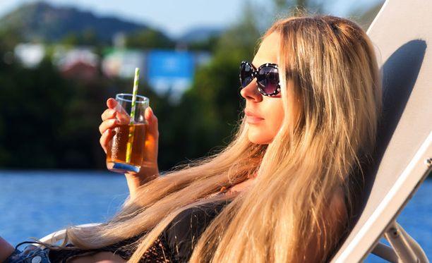 Tässä on jo kolme vaaratekijää: auringossa paistattelua, paikoillaan lekottelua ja sokeripitoisen juoman nauttimista. Toisaalta ihmisen pitää joskus myös rentoutua!