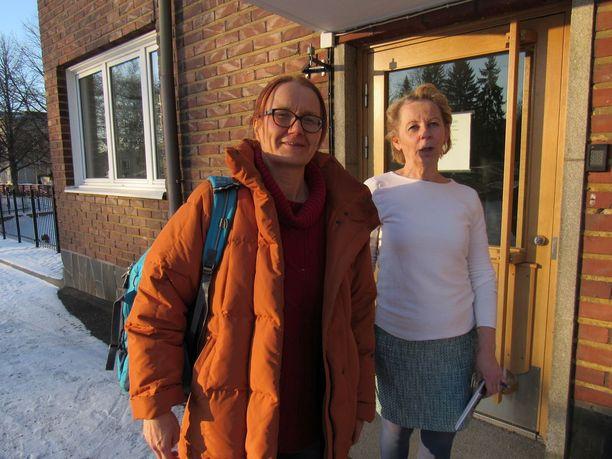 Kalevan lukion rehtori Eeva-Helena Pellikka ja hygieenikko-eläinlääkäri Katri Jalava organisoivat koulun desinfioinnin ja tehosiivouksen torstaina illalla.