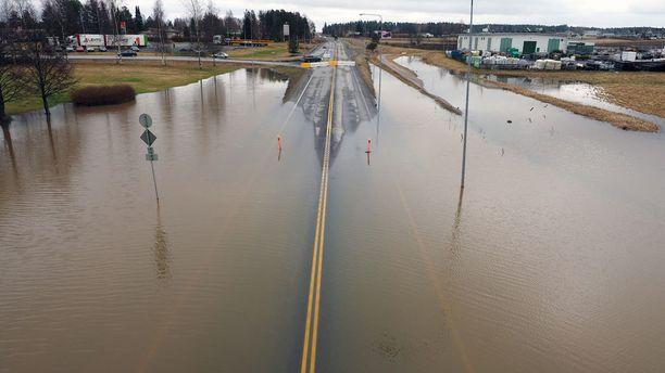 Valtatie 3 katkaistiin veden noustua tielle.