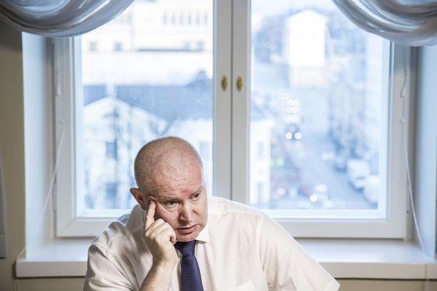 Maahanmuutosta vastaava ministeri Jari Lindström ei päästäisi Isisin alueelta palaavia ihmisiä Suomeen.