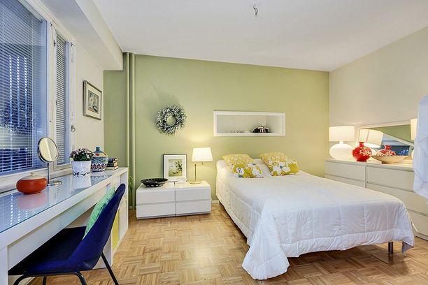 Kodin sisustuksessa on käytetty piristävästi väriä.