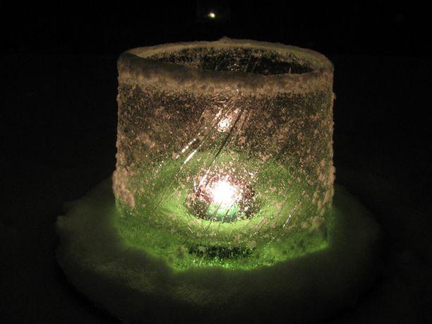 Tunnelmallinen jäälyhty valaisi lukijan tammikuista iltaa.