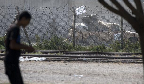 Turkkilaissotilas varmisti aluetta Turkin tukemien syyrialaistaistelijoiden ollessa liikkeellä kurdialueilla Pohjois-Syyriassa.