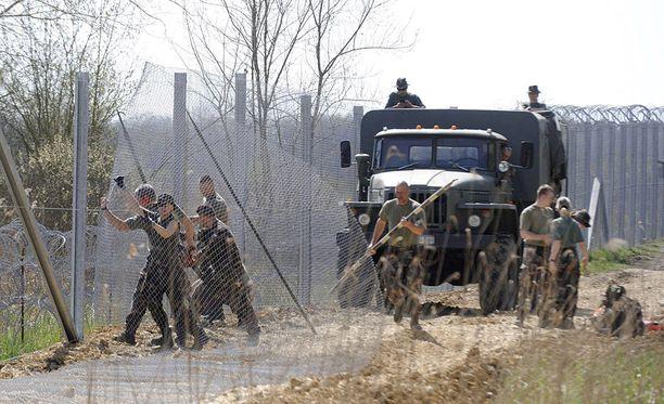 Unkari on rakentanut Serbian ja Kroatian vastaselle rajalleen 175-kilometrisen aidan pitämään pakolaiset poissa.