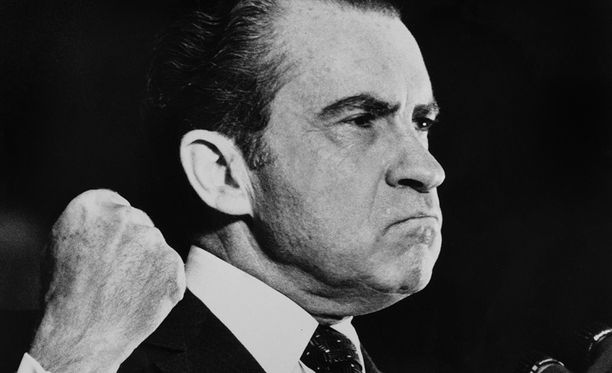 Nixon pisti alaisensa peittelemään Watergate-skandaalin todisteita ja sen jälkeen erotti alaisiaan suojellakseen itseään. Se ei auttanut.