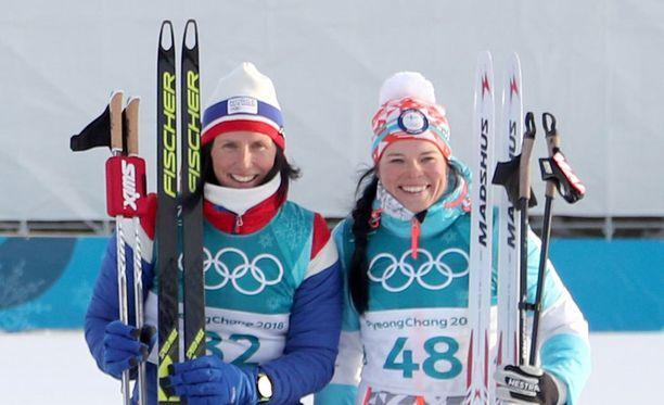 Marit Björgen ja Krista Pärmäkoski ovat historian ensimmäinen kaksikko, joka jakoi maastohiihdon henkilökohtaisen olympiamitalin.