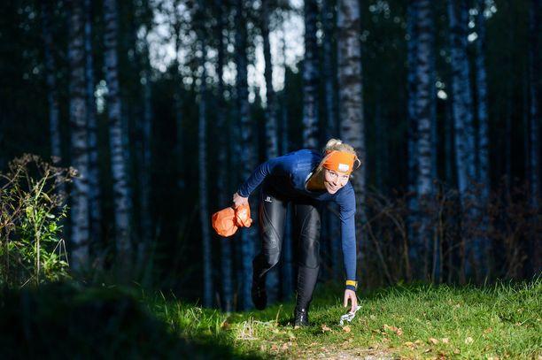Johanna Hakala-Kähäri vetää plogging-ryhmiä Nuuksiossa ja plokkaa itsekin.