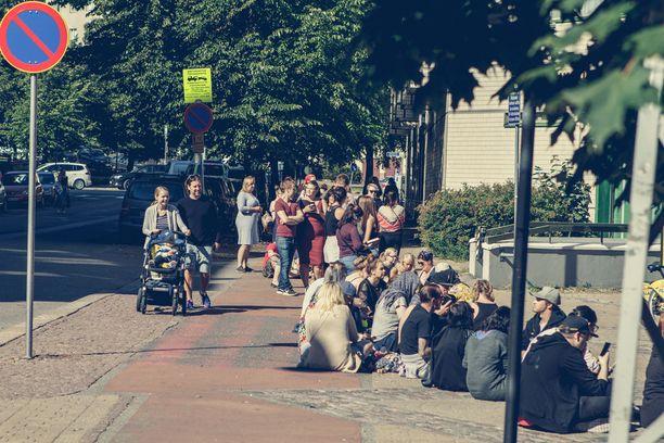 Ennen tapahtuman alkamista kadulle kertyi yli 100 ihmisen jono.