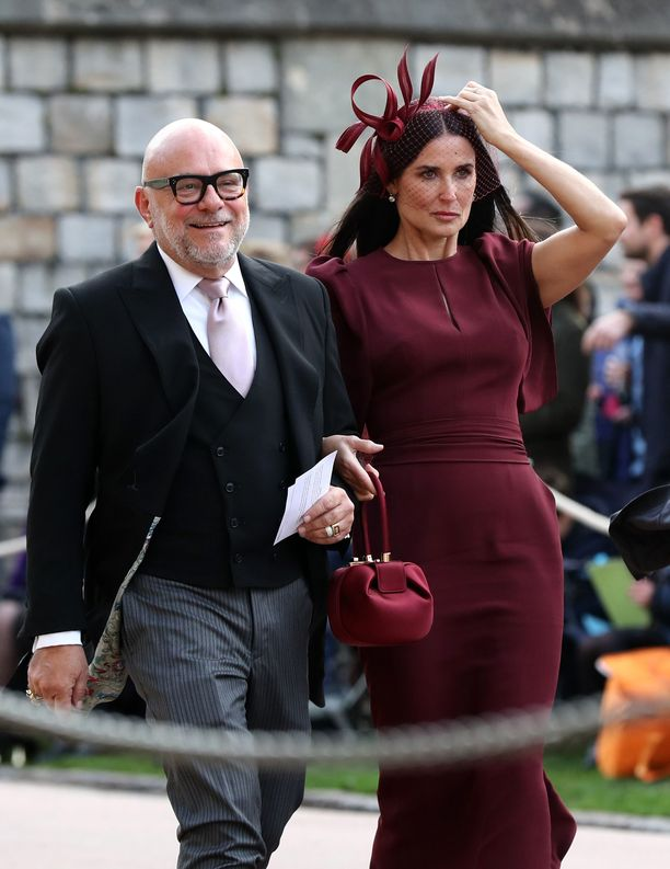 Näyttelijä Demi Moore juhlii viininpunaisessa asussa. Gabriela Hearstin laukun olemme bonganneet myös herttuatar Meghanin käsipuolesta.