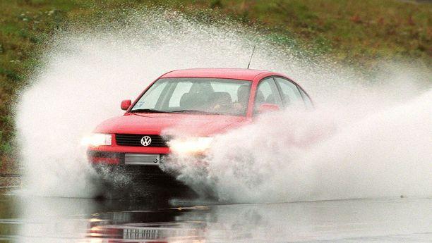 Kun auton nousee vesipatjan päälle liirtoon, niin kuljettajasta tulee hetkeksi matkustaja.