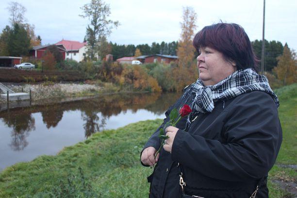 Taina Rantala laski ruusun virtaavaan veteen tyttärensä muistolle.