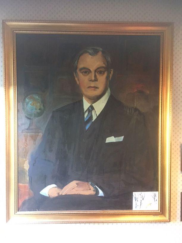 Ensio Raikkaasta maalattiin tv-sarjaan muotokuva firman ja uran kunniaksi. Maalari oli Laitalan mukaan venäläinen ikonimaalari ja kova ryyppymies.