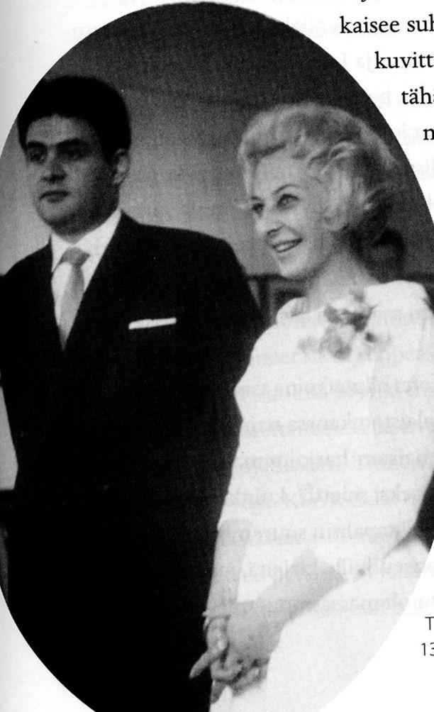 Hääkuva onnellisesta parista julkaistiin Seela Sellan elämäkerrassa.