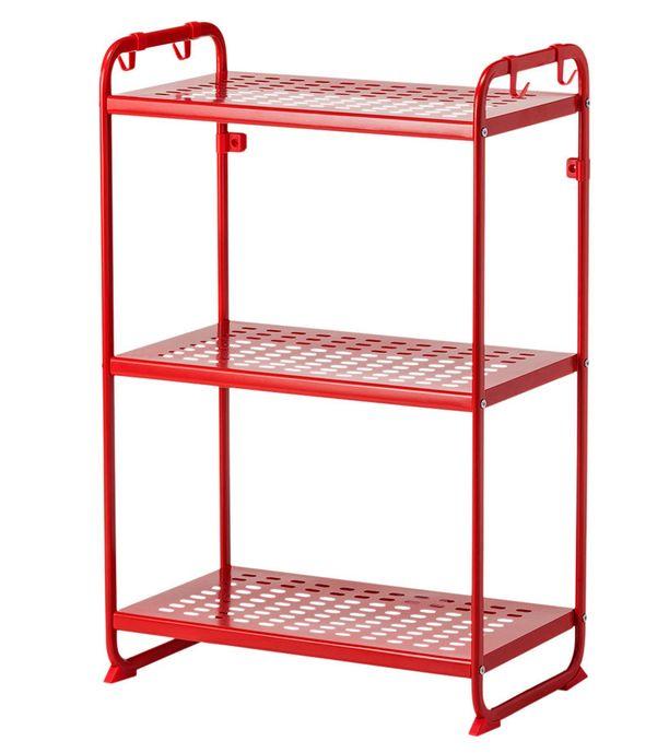 Pieni tila vaatii pienet mutta käytännölliset kalusteet. Punainen hyllykkö, 25 e, Ikea.