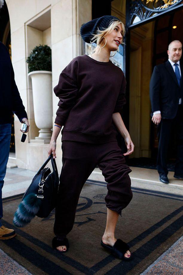 Hailey lähti hoteliltaan rennosti pukeutuneena.