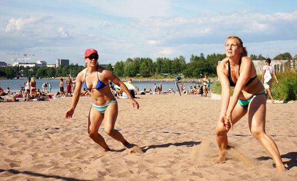 Maria (vas.) ja Annamari pelasivat rantalentopalloa viime kesänä Hietaniemen uimarannalla. Tänään rannalle on taas aihetta mennä.
