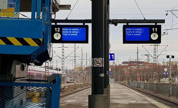 Aiemmin päivällä raiteet 11-12 oli suljettu Helsingin rautatieasemalla. Nyt liikenne kuitenkin toimii normaalisti.