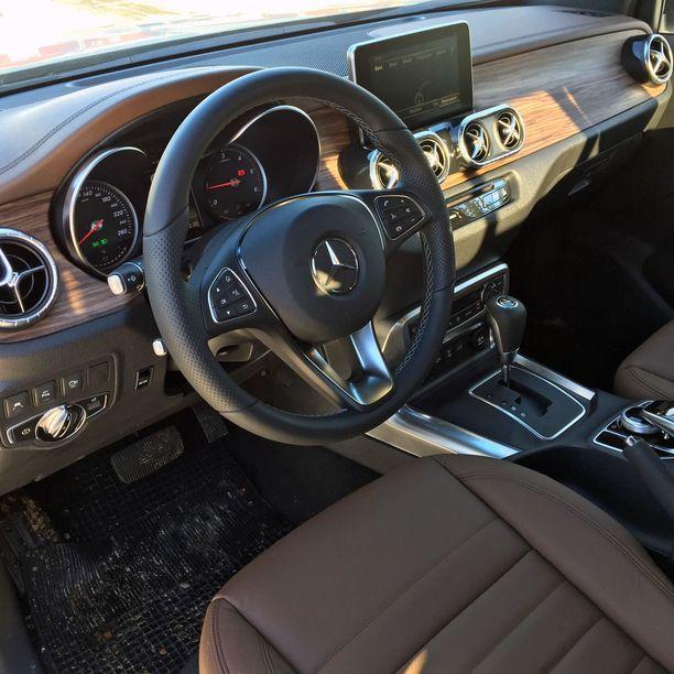 Ohjaamo edustaa tuttua nyky-Mercedesten tyyliä.