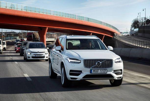 Autonomisen auton tulo liikenteeseen vähentää kolarien määrää. Sen arvioidaan johtavan merkittävään vakuutusmaksujen pienentymiseen.