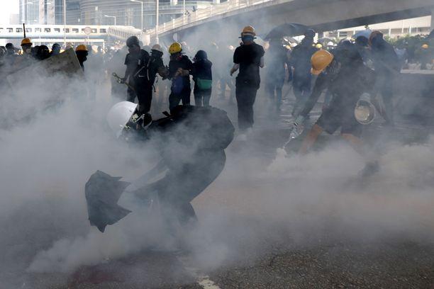 Kyynelkaasu täytti ilman mielenosoituksessa Hongkongissa lauantaina.