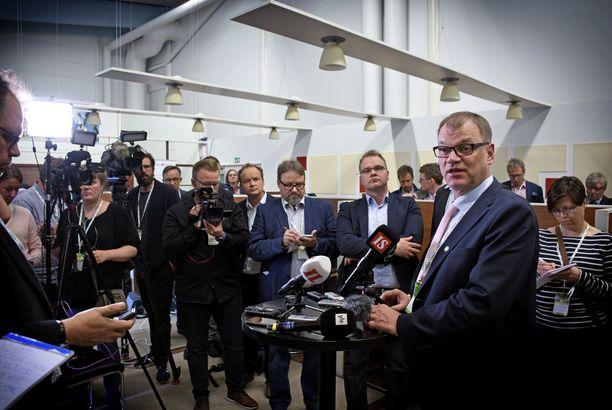 Keskustan puheenjohtaja, pääministeri Juha Sipilä sai selitellä avajaispuheensa jälkeen medialle bolshevikki-vertaustaan.