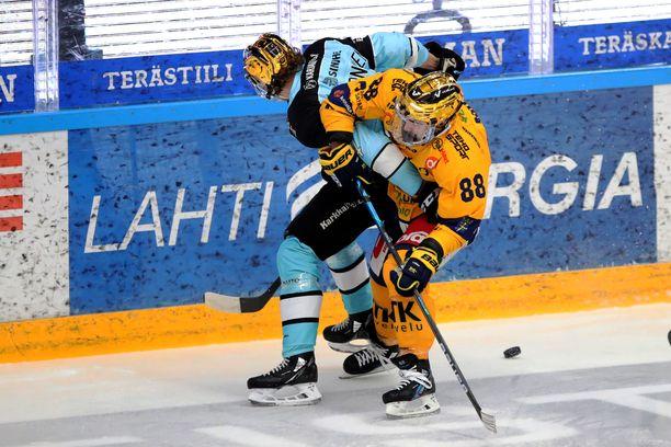 Hannes Björninen (vas.) pelaa hienoa kautta: 27 ottelua, 28 (9+19) pistettä.