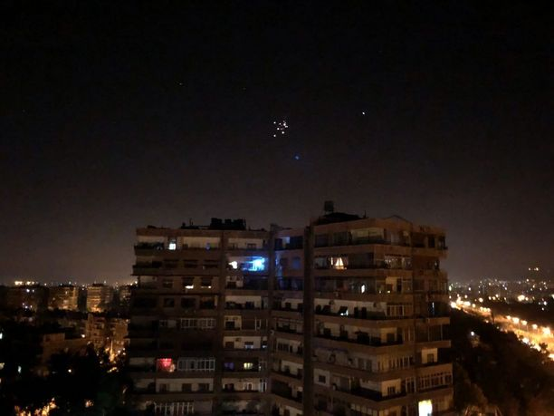 Syyrian ilmapuolustusohjukset lensivät Damaskoksen yllä viime yönä. Syyria kertoi niiden vastanneen Israelin ohjuksiin.