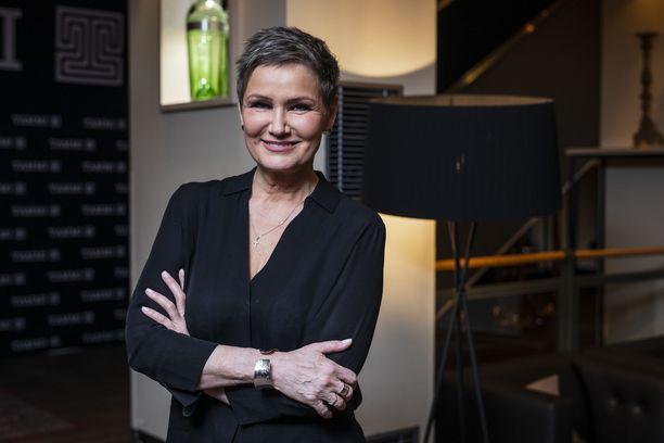 Eija-Riitta Korholalta tuli vuonna 2019 omakohtainen Kuolemaa nopeampi - Lähikuvia elämästä -kirja. Kuva kirjan julkistamistilaisuudesta.