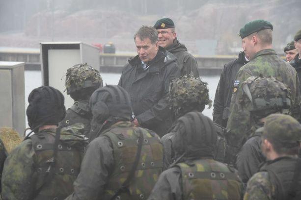 Tasavallan presidentti Sauli Niinistö seurasi rannikkojäkkärien harjoitusta Upinniemiessä toukokuussa 2014.