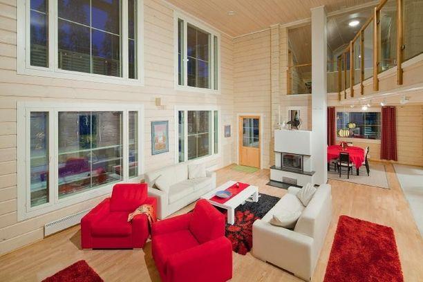 Olohuoneessa on korkea katto ja avara tunnelma.