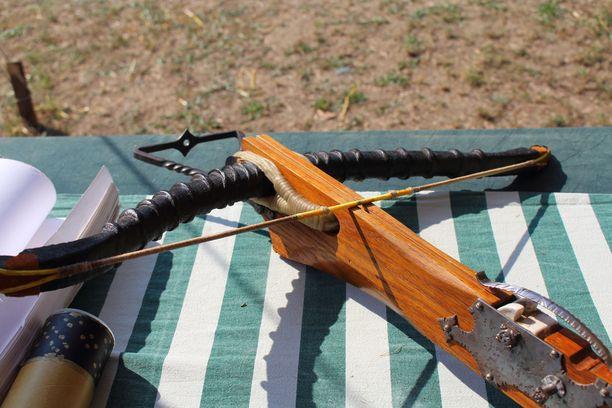 KRP:n testeissä lapualaismiehen ase osoittautui varsijouseksi varsin tehottomaksi. Arkistokuva, joka esittää keskiaikaisen varsijousen kopiota.