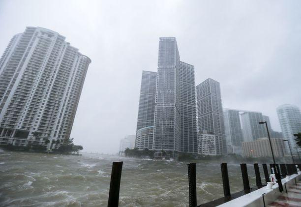 Miamissa myrsky on aiheuttanut jo suurta tuhoa. Cape Coraliin myrsky on vasta matkalla.