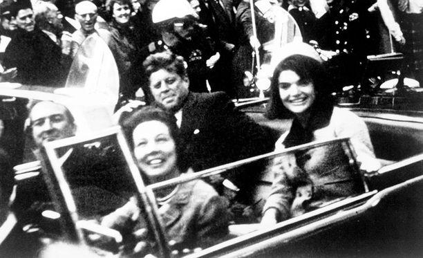 John F. Kennedy vaimonsa Jacquelinen kanssa juuri ennen murhaa Dallasissa. Autossa oli myös Teksasin kuvernööri John Connally vaimoineen.