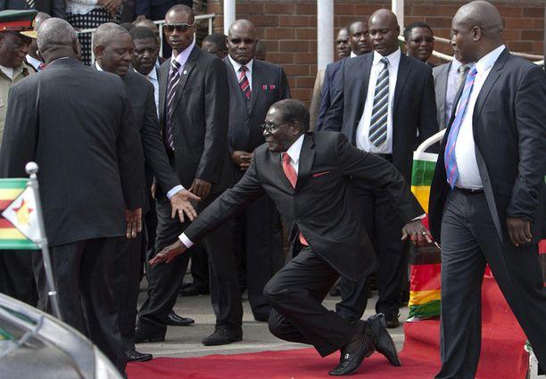 Robert Mugabe menetti tasapainonsa satojen kannattajiensa ja median edustajien edessä keskiviikkona.