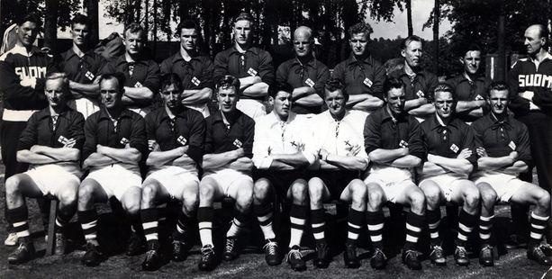 Lindman kuului Suomen jalkapallomaajoukkueeseen Helsingin olympialaisissa 1952. Hän on eturivissä toinen oikealta.