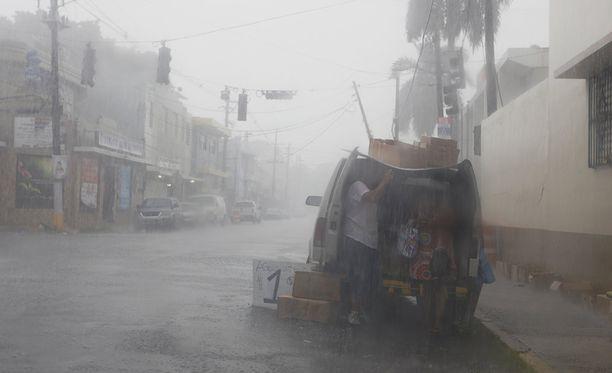 Irma on seuraavaksi matkalla Puerto Ricoon, jossa satoi ja tuuli jo iltapäivällä rankasti.