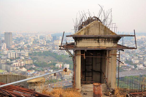 Aavetornista löytyy yhä paljon rakennusmateriaalia, johon voi kompastua. Siellä liikkumiseen liittyy monia muitakin turvallisuusriskejä.
