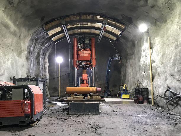 Ruotsalainen Orefields-yhtiön kone, joka poraa uutta kuilua ylöspäin vuorokaudessa noin viisi metriä.