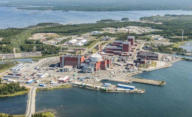 Maailman kaunein ydinvoimala-alue uhkasi muuttua maailman kalleimman aavevoimalan rannaksi, jos suomalaiset ja ranskalaiset eivät olisi löytäneet sopua kuvan etualalla olevan OL3-voimalan kiistoista.