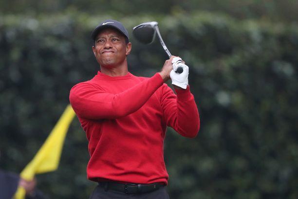 Golftähti Tiger Woods vietiin nopeasti leikkaukseen onnettomuuspaikalta.