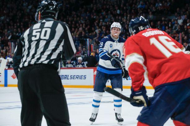 Winnipeg Jetsin ja Florida Panthersin suomalaistykit Patrik Laine ja Aleksander Barkov kohtasivat NHL-ottelussa Helsingissä marraskuussa 2018.