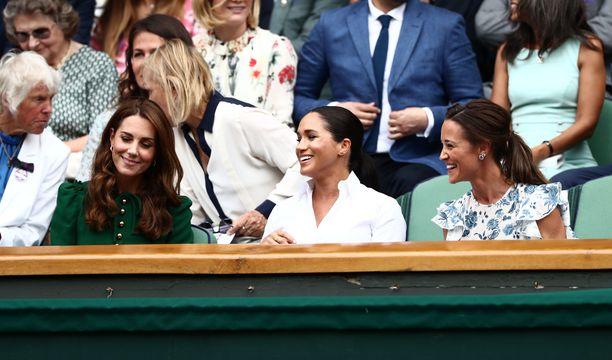 Kolmikko oli yhtä hymyä lauantaisessa tennisottelussa.